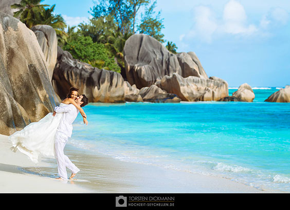wedding couple on anse source d´argent on la digue