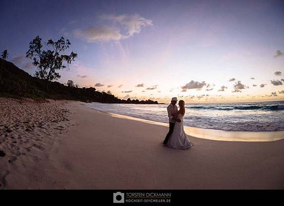 wedding couple in twilight on la digue