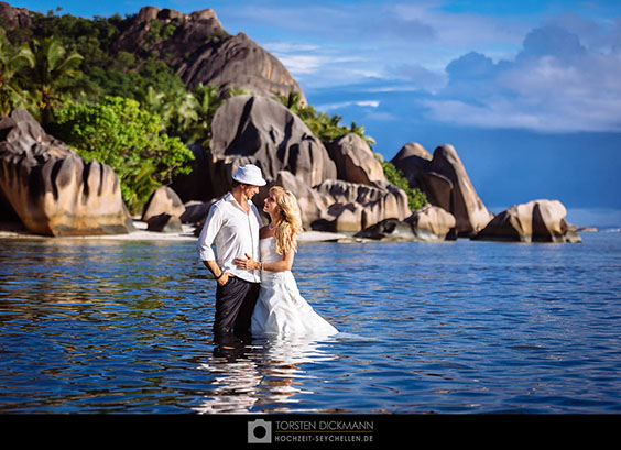 bride and groom in the waters of anse source d´argent on la digue