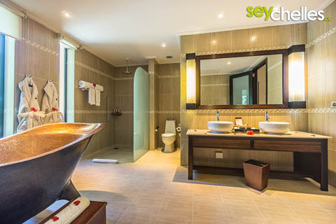 The bathroom of the Allamanda Hotel