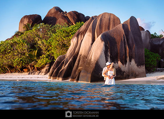 wedding couple in the water of anse source d´argent